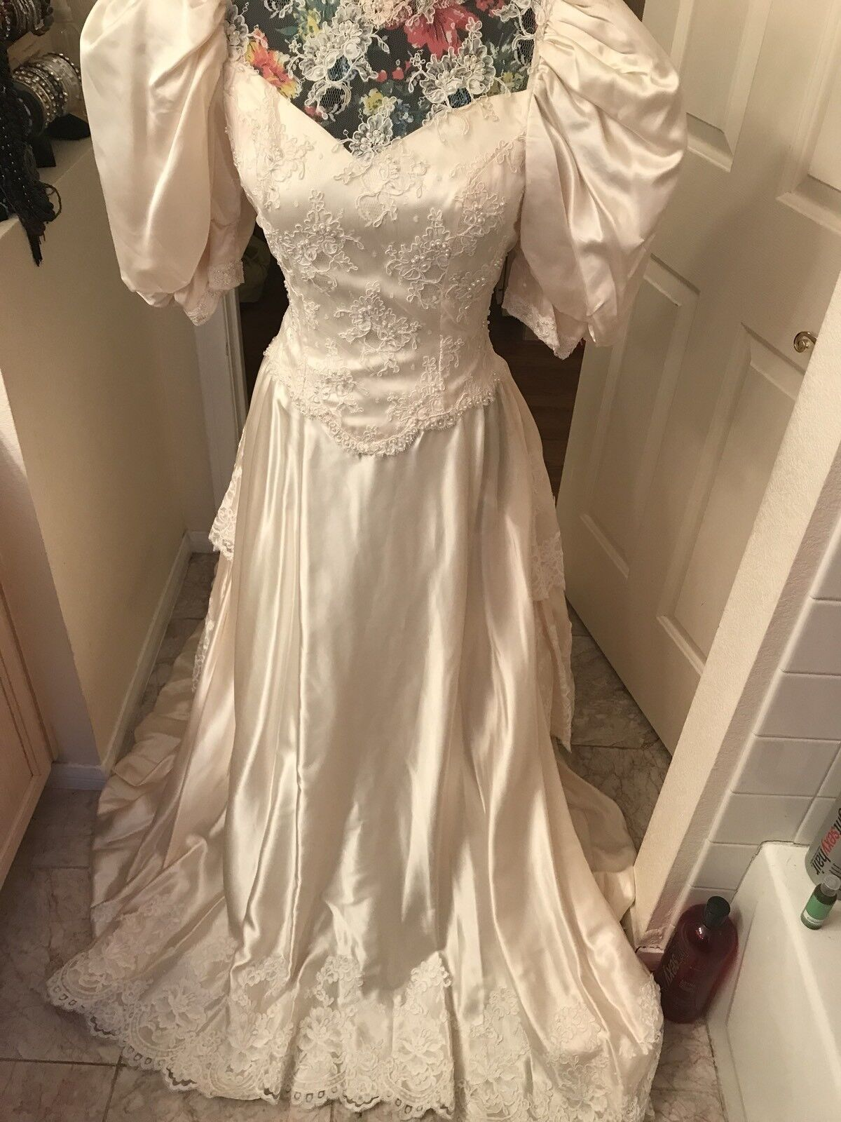 Wedding Gown vintage $9000victorin style 2/6custom-made pale Cream taffeta train