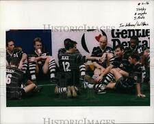 1997 Press Photo Rugby team having a haltime break - orc01492