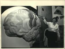 1987 Press Photo Carole Castens pointed out critical areas of the brain