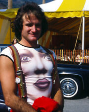 ROBIN WILLIAMS IN FUNKY T-SHIRT RARE POSE PHOTO OR POSTER