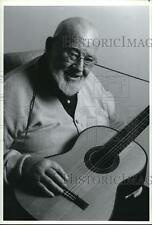 1993 Press Photo Burl Ives while playing a guitar