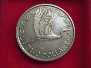 1981 ELIZABETH 11 TWO  DOLLAR COIN  FROM NEW ZEALAND FROM MY COLLECTION [Z74]