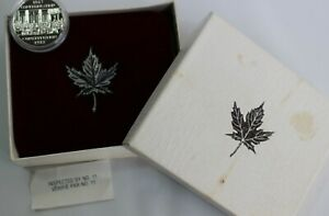 1982 CANADA CONSTITUTION COMMEMORATIVE DOLLAR COIN AND VELVET BOX MAPLE LEAF BOX
