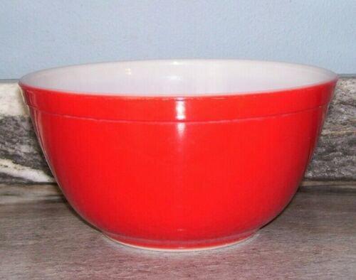 Vintage Pyrex 1 1/2 QT. Mixing Bowl 402 in Primary Red.. Nice!